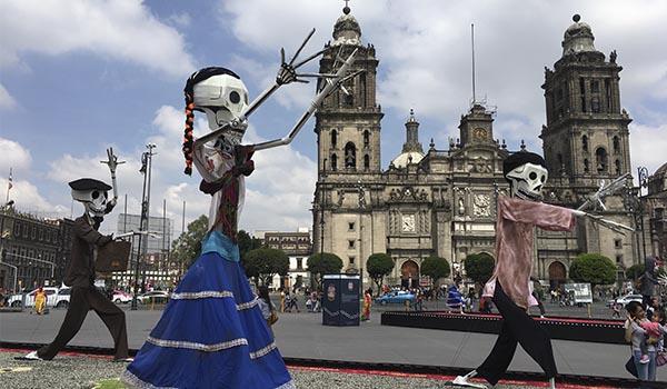 O Dia dos Mortos no México é uma festa: oferendas, desfiles, etc.